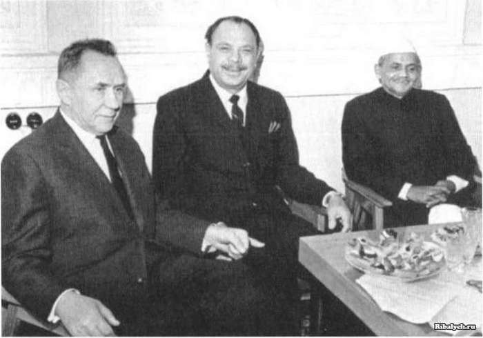Слева направо:А.Н. Косыгин — председатель Совета Министров СССР, М. Айюб Хан — президент Пакистана, Л.Б. Шастри — премьер-министр Индии
