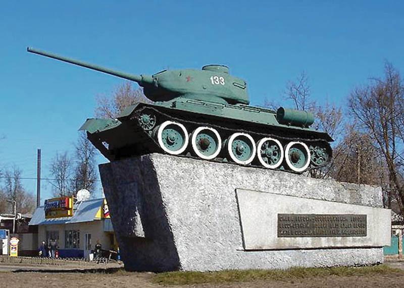 Памятник Т-34-85. Надпись: 8 сентября 1943 года город Людиново освобожден от фашистских захватчиков.