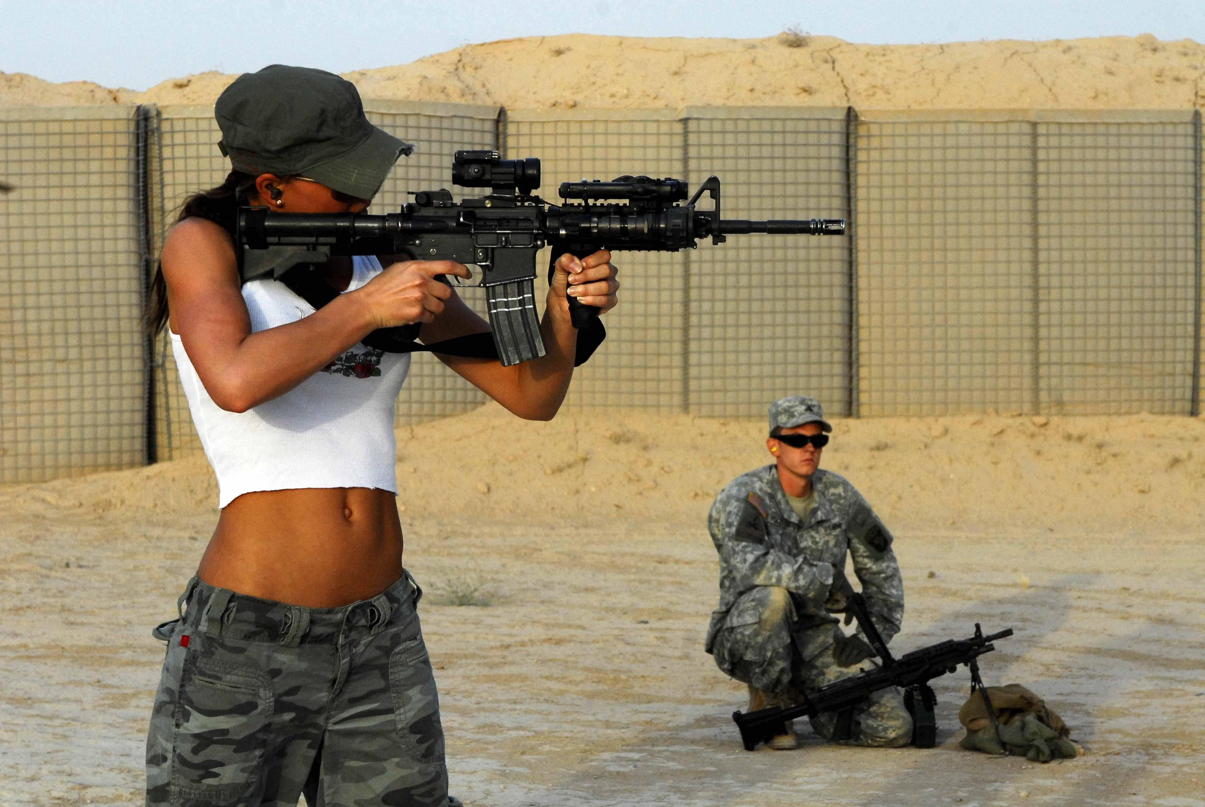 Фото женщины и оружие 2 фотография