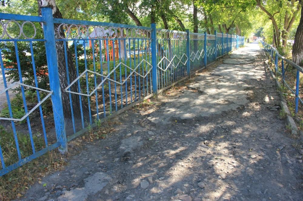 Состояние тротуара по ул. Азева, июль 2012 г.