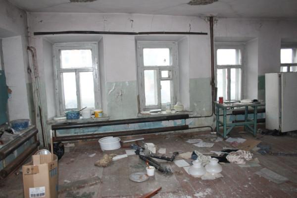 Работники УК в спешном порядке ведут сварочные работы, 4 октября 2012 г.