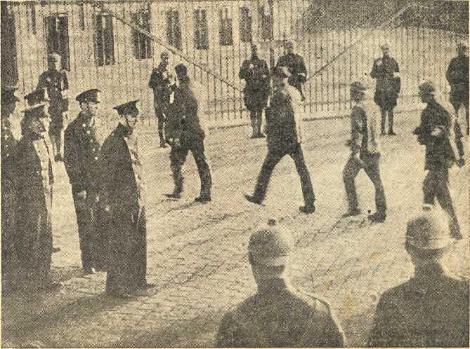 Штрейкбрехеры идут на работу под охраной белорусского ОМОНа — кадр из фильма «Дезертир» (1933)