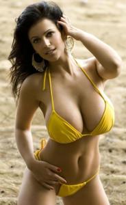 Женщины с огромным бюстом на пляже