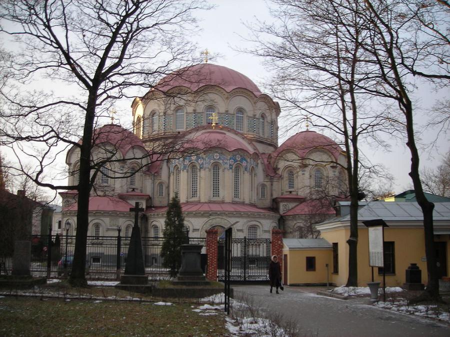 1024px-Kazan_church_in_Voskresensky_Novodevichy_monastery_(from_cemetery)