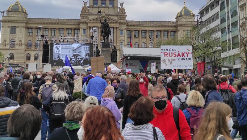 """На плакате: """"Выгоним """"москалей"""" из Града"""" (Пражский Град, резиденция президента),"""