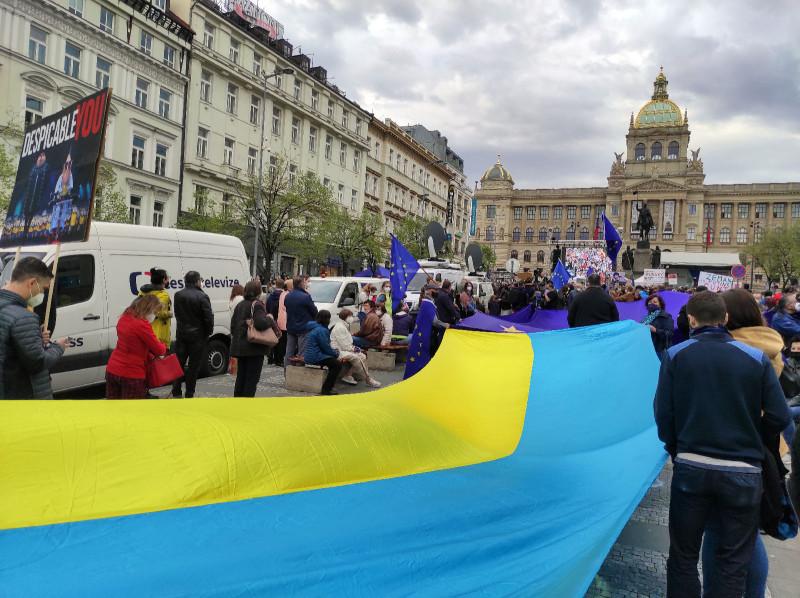 Понятное дело, украинцы тут как тут, как и на любой публичной акции. Плакатов про Крым я не увидел, правда.