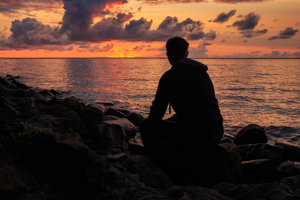 картинки парень сидит один на берегу моря коллекция
