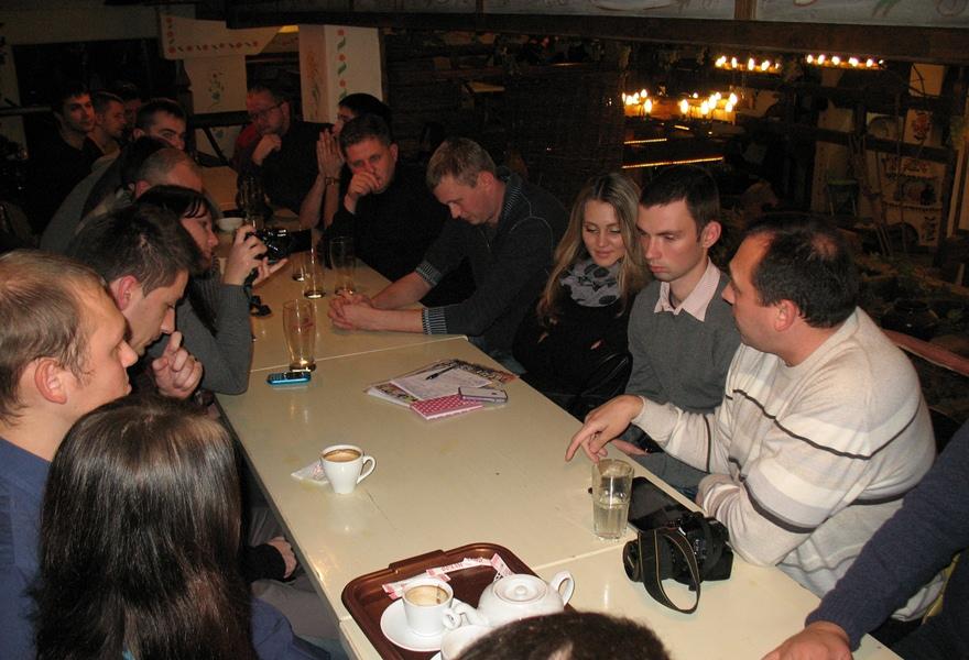 Игорь показывает знаменитый сколковский наноболт - подарок самого Медведева!