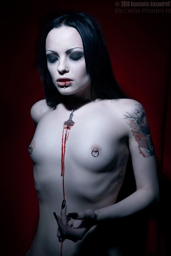 naked-female-goth-turnner