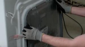 Bauknecht Kundendienst repariert Waschmaschine.png