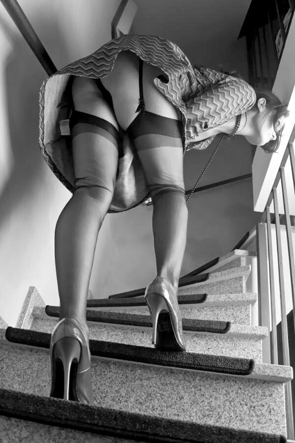 вверх по лестнице в трусиках фото легкое платье