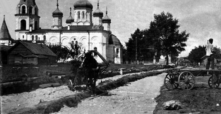 Покровская церковь со стороны ул.Бр.Коростелевых. За деревьями видна часовня семьи Шихобаловых 1910 год