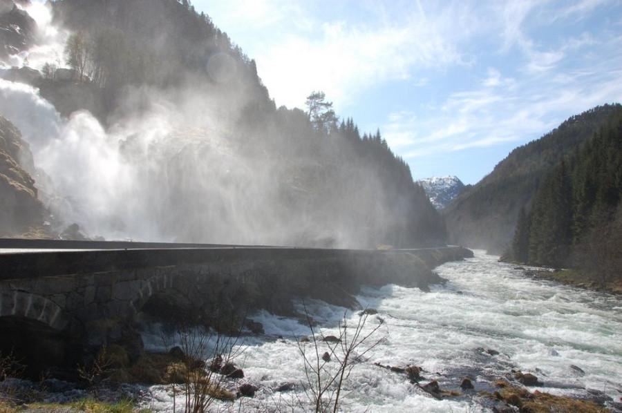 Водопад Лотефоссен: два каскада падающей воды (Норвегия)
