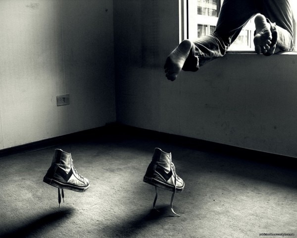 1274523878_funny_wallpapers_jump_out_of_a_shoe_015584_