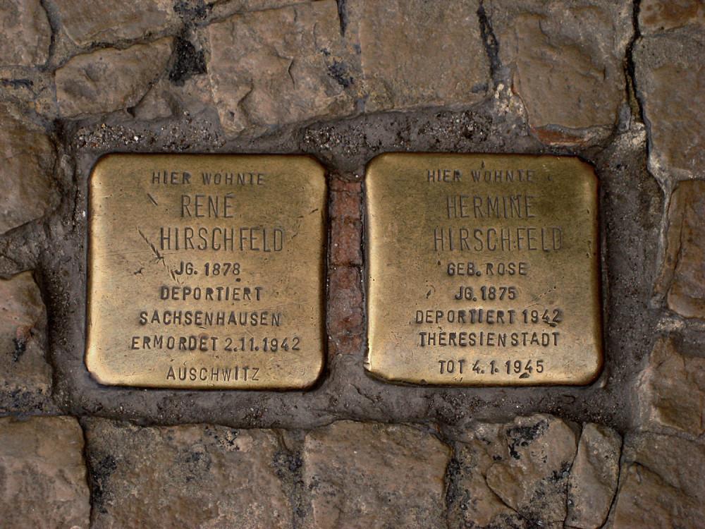 На улицах Европы расположено более 70 000  медных табличек, размещенных рядом с последними  местами жительства людей, погибших во время Холокоста. Швеция скоро получит свои первые три камня.