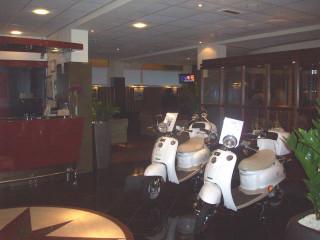 Здесь же, в холле, стоят скутеры, которые дают напрокат