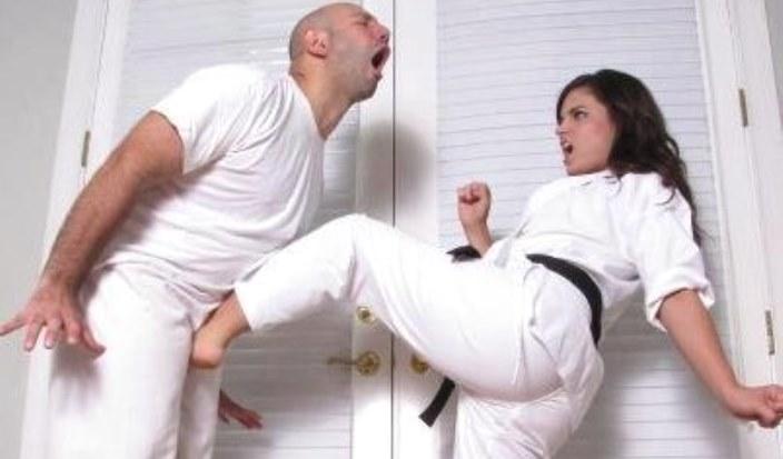Смотреть видео как девушка пригласила парня а потом начала бить по яйцам