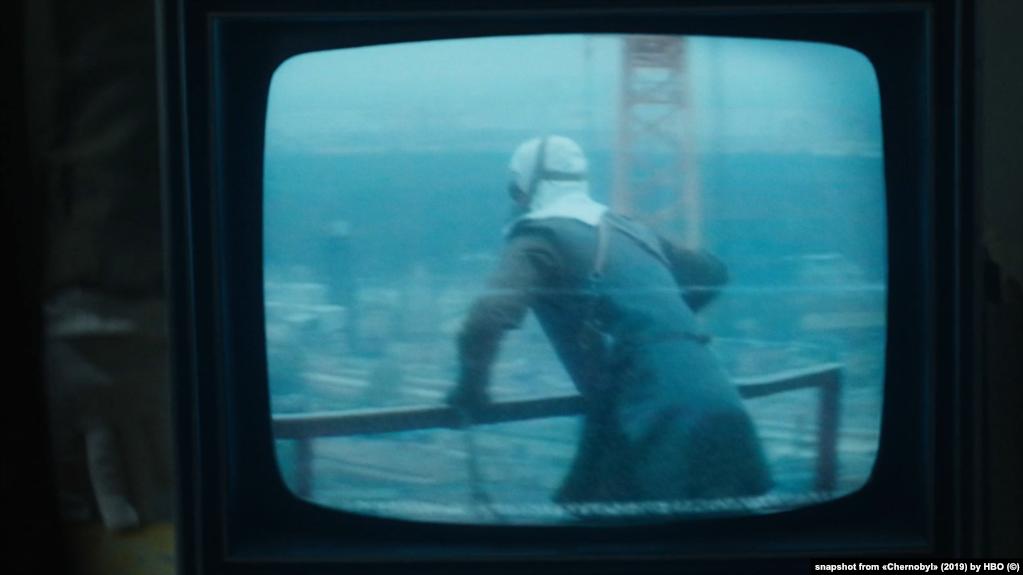 Кадр із серіалу «Чорнобиль» (2019) від HBO в якому використана реальна хроніка українських документалістів