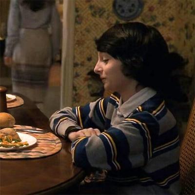 сочная аппетитная женщина посматривает за мальчиком и не сдержалась