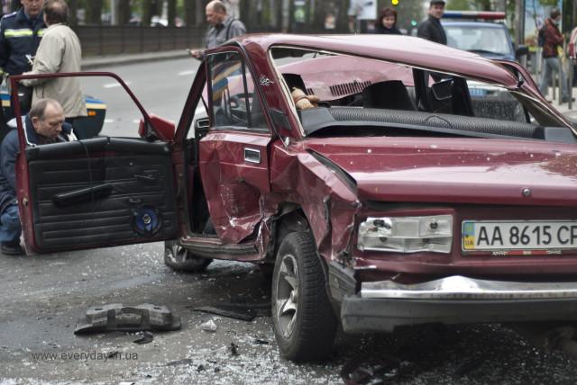 ДТП в Киеве : возле университета им. Шевченко два ВАЗа устроили краш-тест Range Rover и Mercedes (ФОТО)