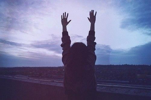 Я поднимаю руки хочу тебе сдаться ведь ты же так красива в свои