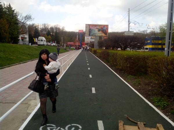 велосипедист сбил пешехода на велодорожке вот наступил