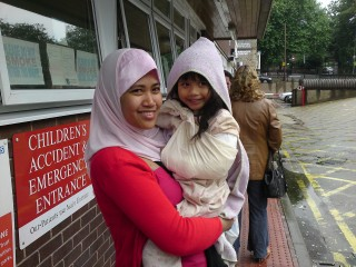 "mummy & inez posing at the children""s hospital...sakit ke tak tu sbnrnya?"