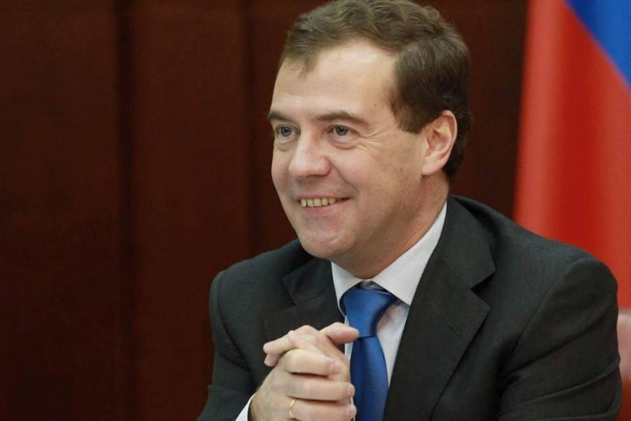 Медведев улыбается