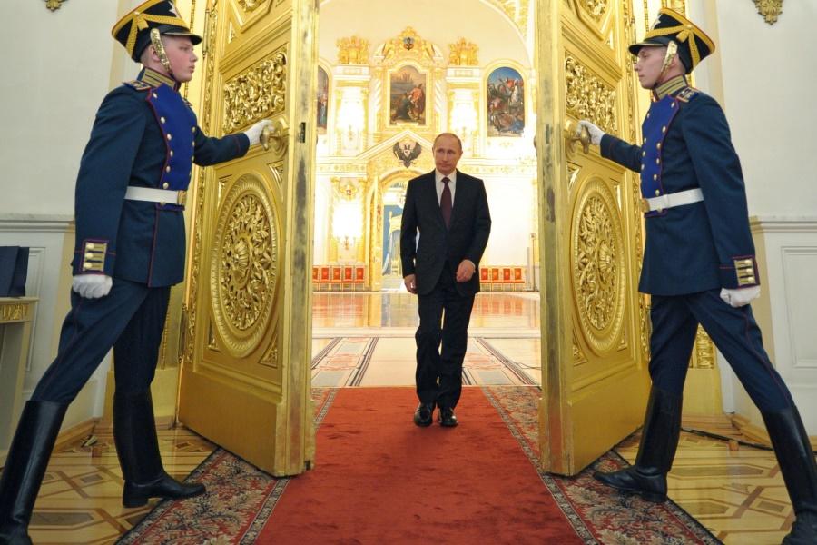 Путин выходит в Кремлевский зал