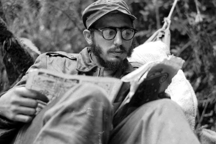Фидель читает газету