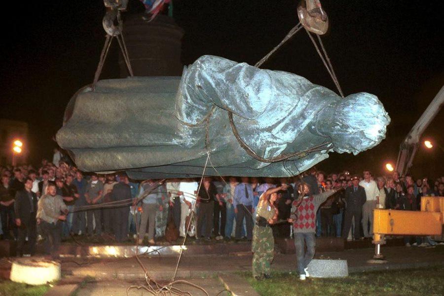 Уничтожение памятника Дзержинскому