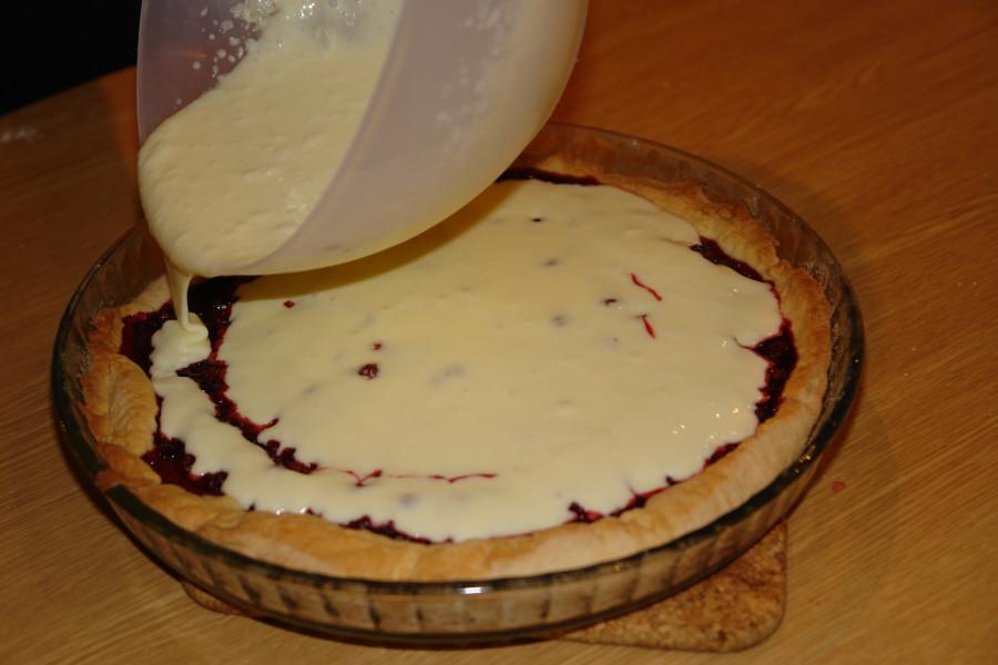 заливаем пирог кремом