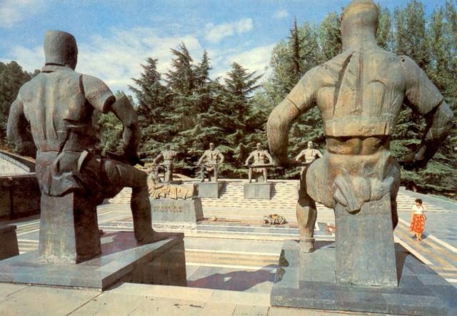 Странные вооруженные фигуры вокруг Неизвестного Солдата