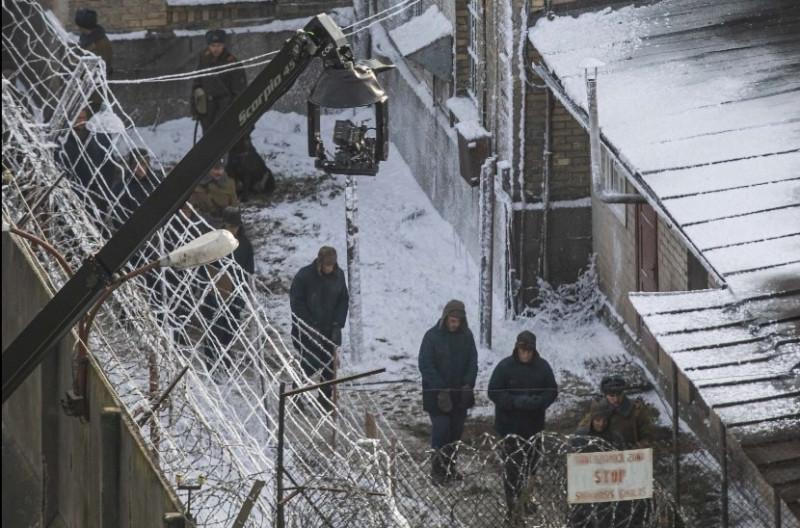 "фото со съемочной площадки ""Stranger Things"" в Лукишской тюрьме, Вильнюс: Delfi.lt"