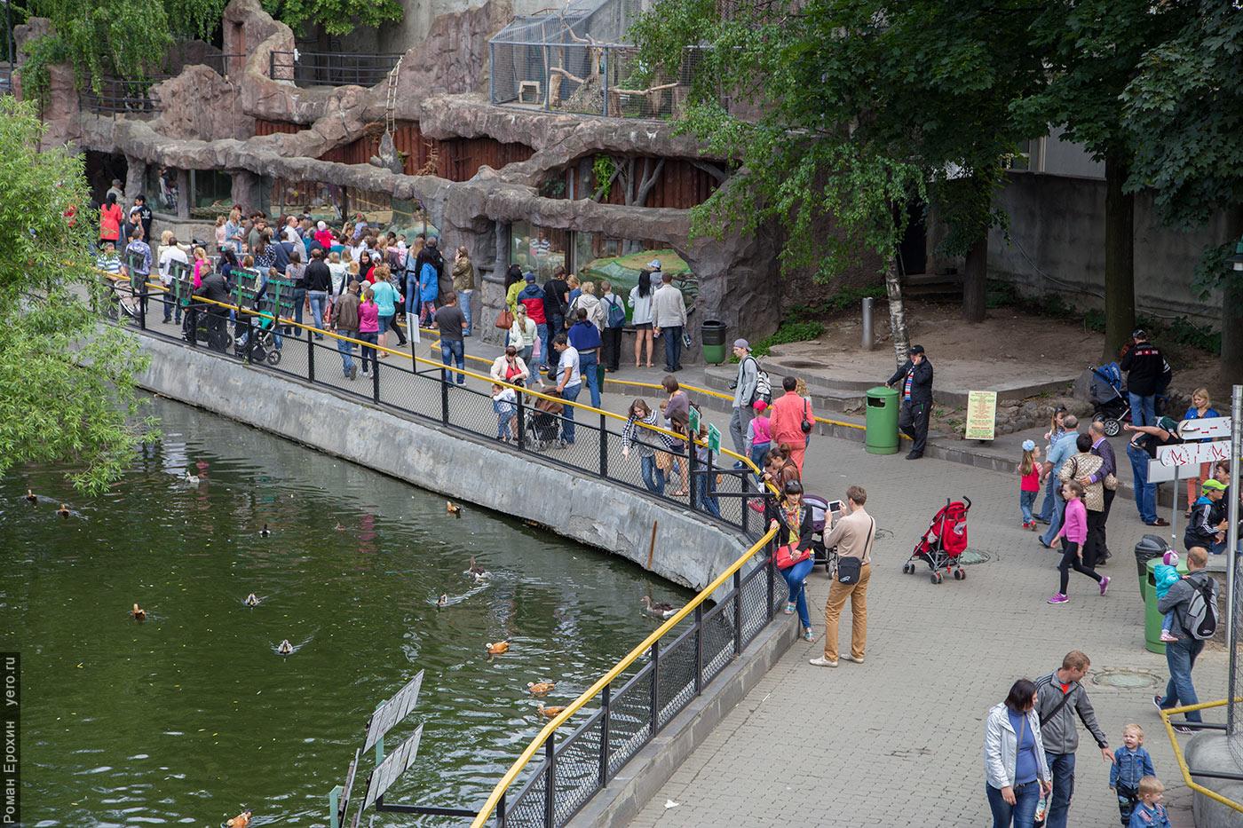 людей в зоопарке много