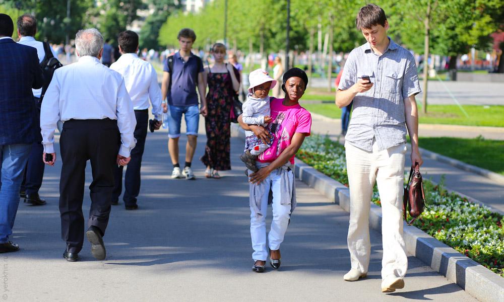 random-people-ohotny-ryad-aleksandrovsky-sad-kremlin-2013-06-05--12