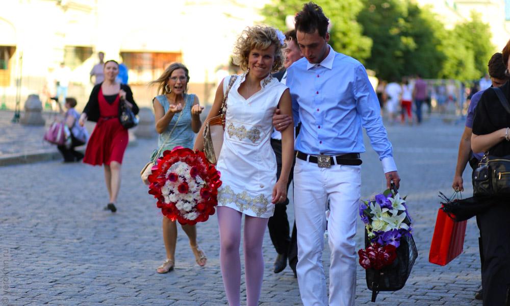 random-people-ohotny-ryad-aleksandrovsky-sad-kremlin-2013-06-05--29