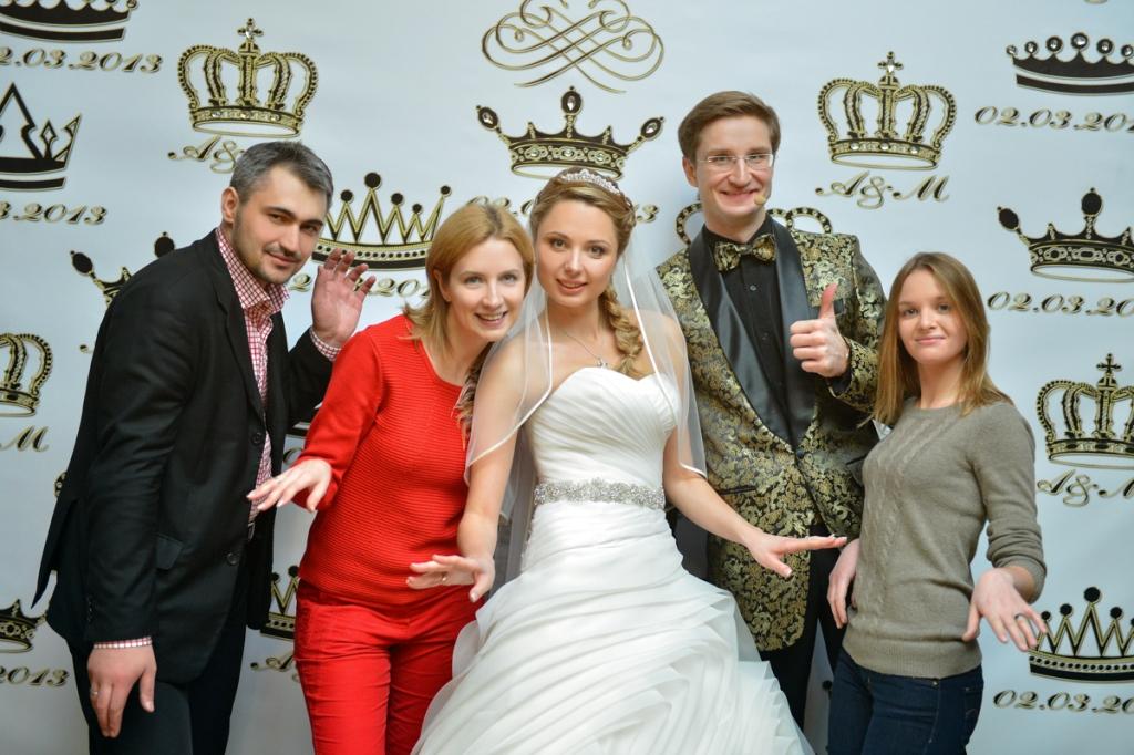 Организаторы свадьбы и невеста у свадебного пресс-волла