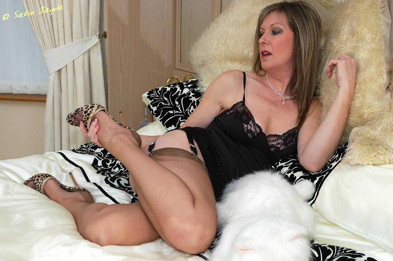 леди бальзаковского возраста в чулках в кровати эротика фото длинными