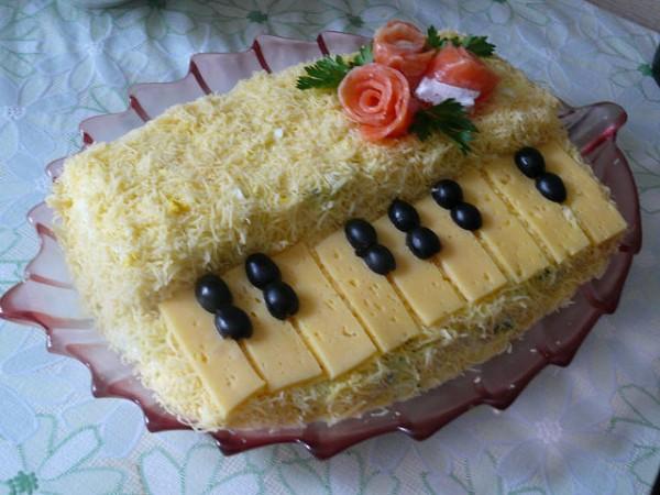 Рыбный салат с фото в форме пианино