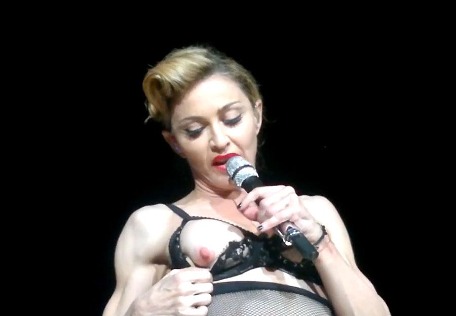 Мадонна показывает грудь