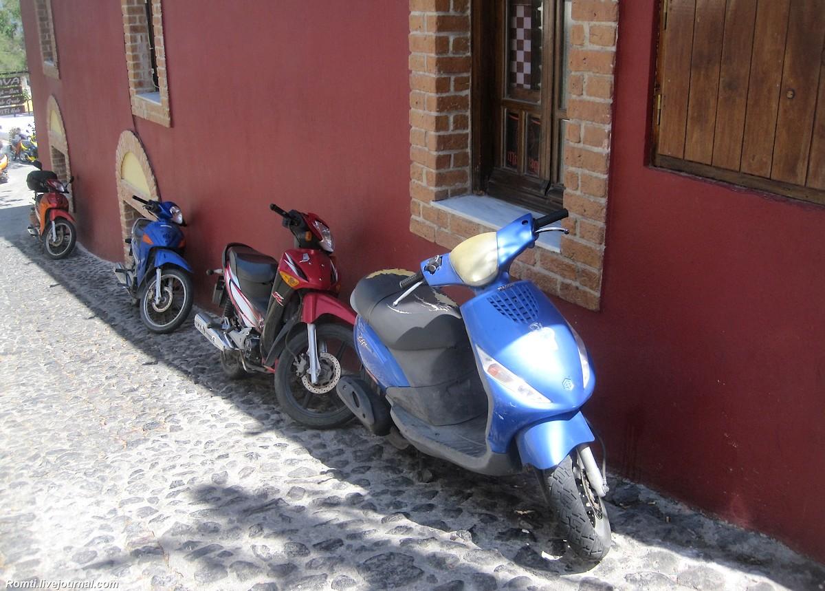 Скутера под домами
