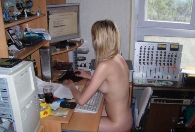 Девушки за компьютером голые