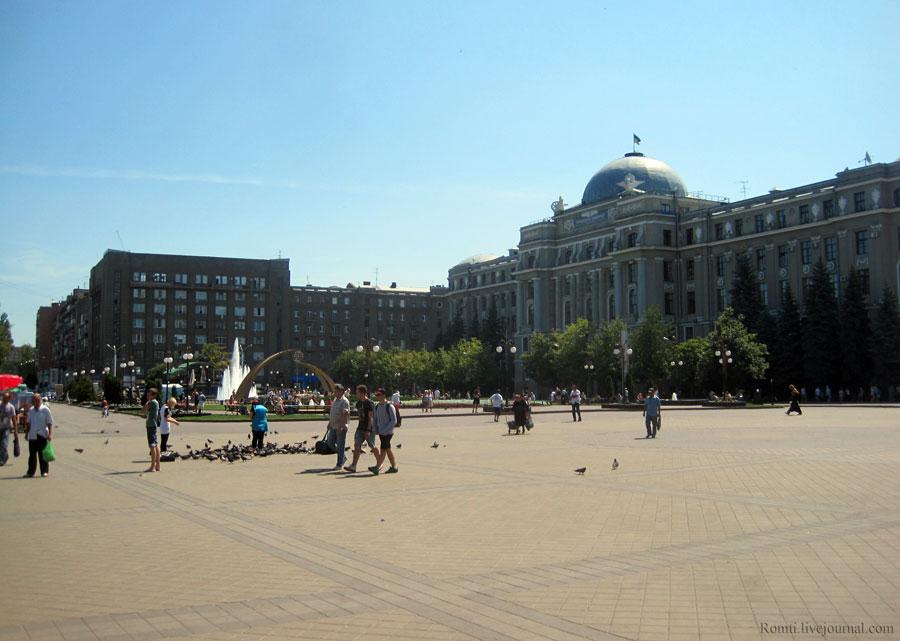 Площадь у Харьковского железнодорожного вокзала летом