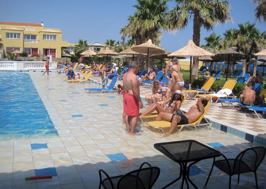 В бассейне на Крите