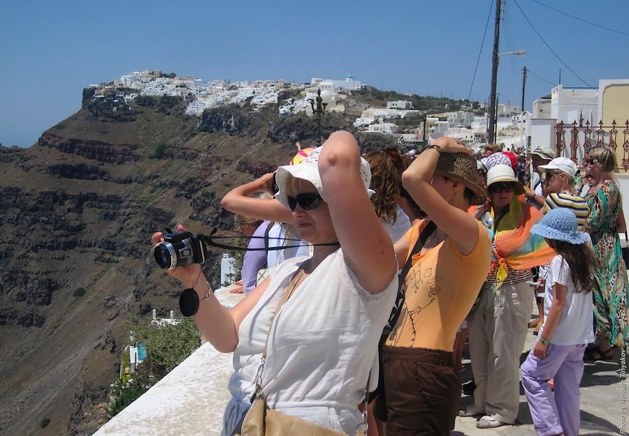 Почему женщины, когда фотографируют, держатся за голову?