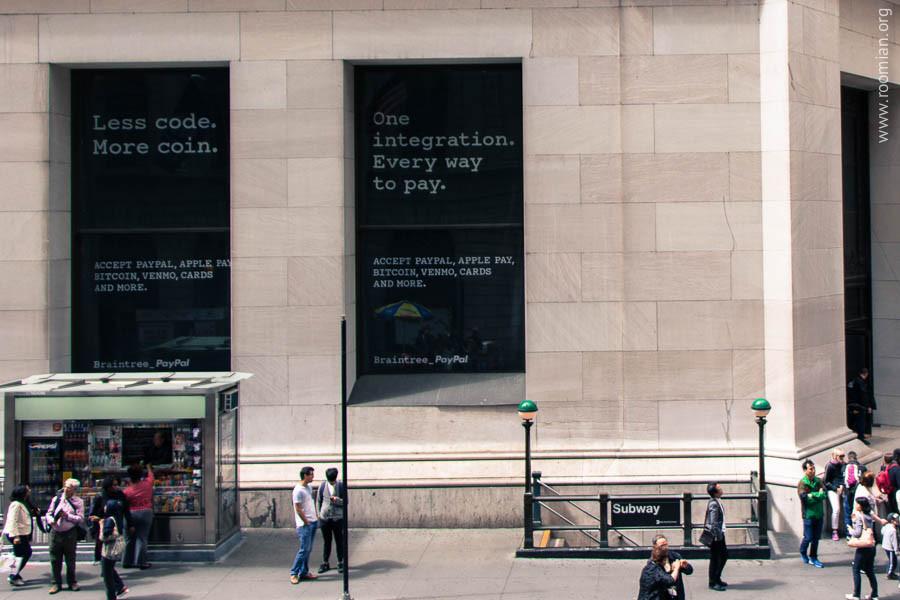 Реклама платежного интегратора Braintree в окнах фасада банка Morgan