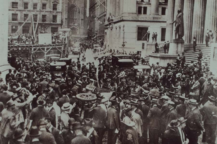Толпа рассматривает последствия теракта. 1920г