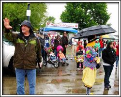 2010 Rose Festival - visitors brave the rain