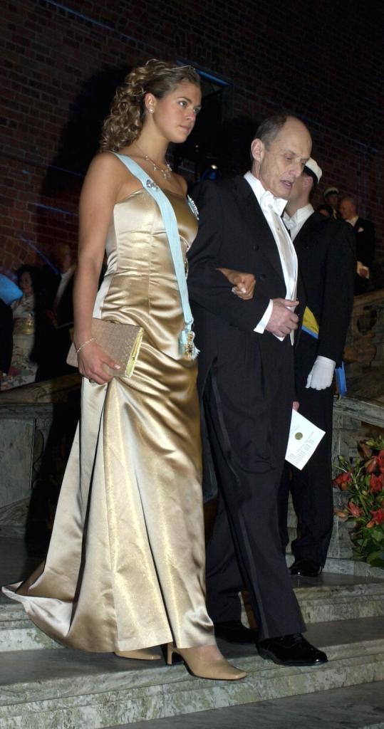Нобель 2000 г, дебют ( 18 лет)  принцессы Мадлен на нобелевских торжествах, в волосах - аквамариновая диадема
